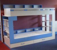 Modro-bílá praktická palanda s poličkami