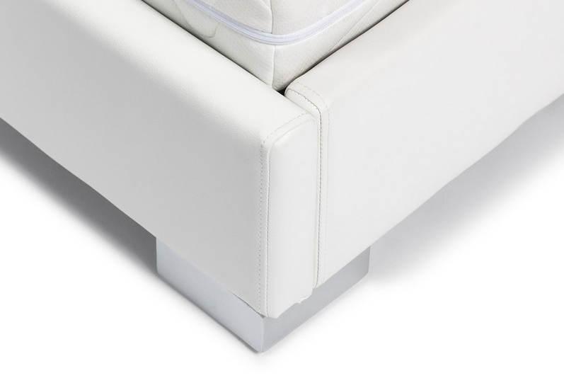 Postel čalouněná bílou imitací kůže