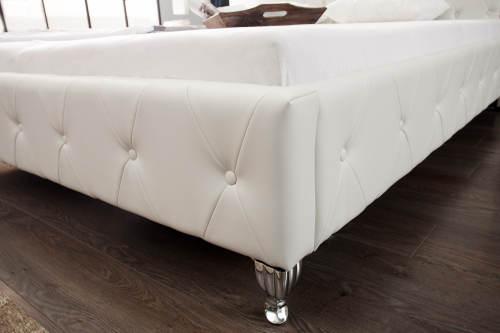 Koženková postel na kovových nožkách