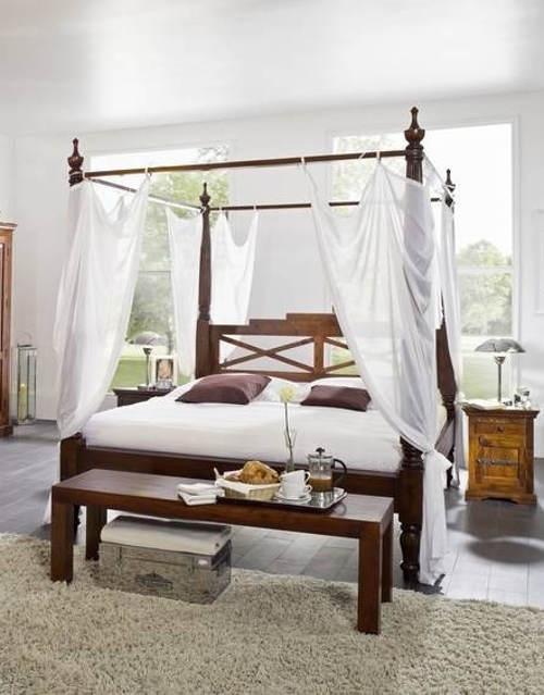 Akátová postel s nebesy