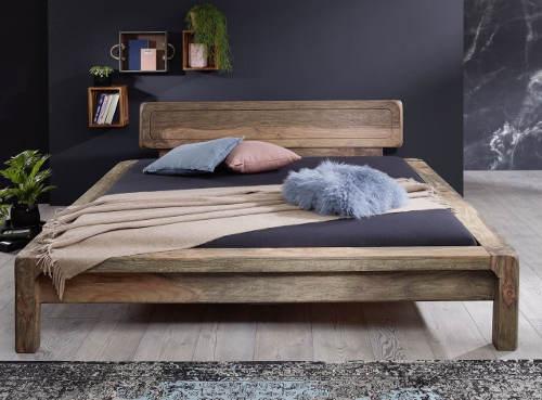 Masivní postel do moderního interiéru