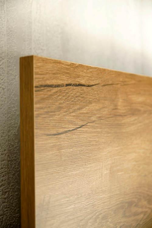 Postel z lamina imitující dřevo