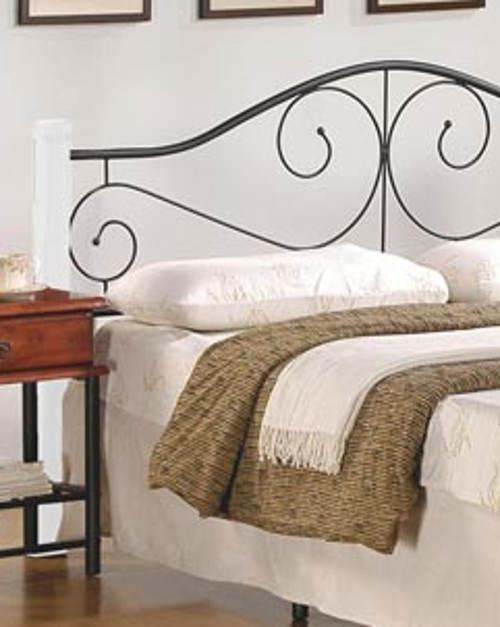 Dřevěná postel s kovaným čelem