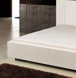 Bílá čalouněná postel Marika