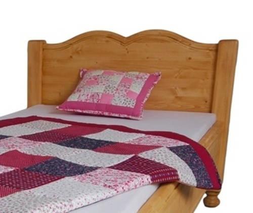 Masivní postel s rustikálním čelem