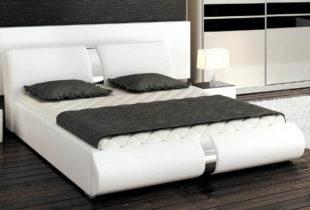 Moderní bílá polstrovaná postel s pásem chromového lesku