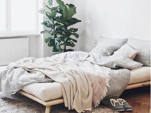 Minimalistická manželská postel
