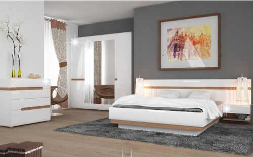 Moderní ložnice v bílém lesku