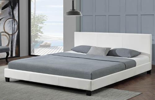 Čalouněná manželská postel do menší ložnice