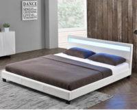 Bílá manželská postel s LED osvětlením v čele