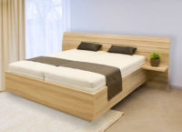 Česká manželská postel se zaobleným čelem a zabudovanými nočními stolky