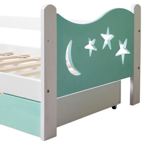 Dětská postel s vyřezaným měsičkem a hvězdičkami