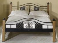 Kovová postel s nohami z masivního dubového dřeva