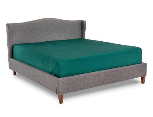 Čalouněná postel z masivního dřeva