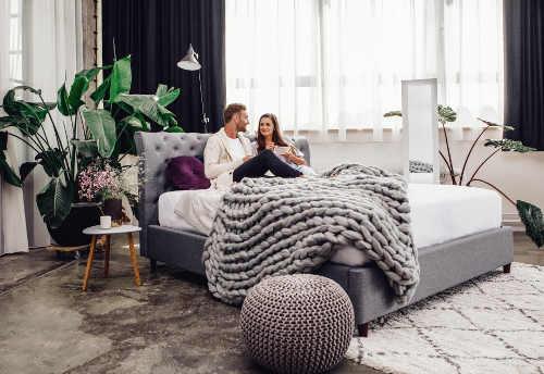 Pohodlna-calounena-manzelska-postel
