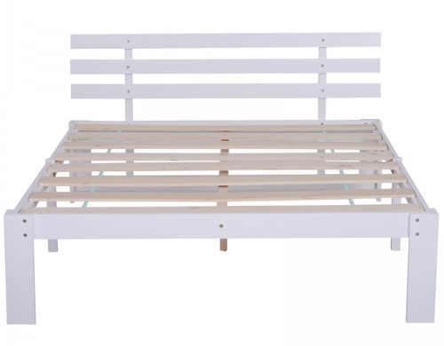 Bílá manželská postel s lamelovým čelem