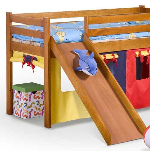Vyvýšená dětská postel se skluzavkou ze dřeva