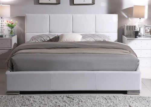Bílá čalouněná manželská postel do romantické ložnice
