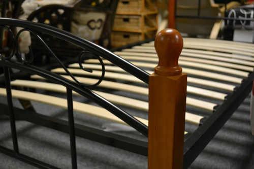 Postel s lamelovým roštem kombinace kov a dřevo