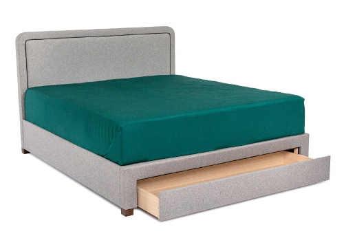Šedá čalouněná dvoulůžková postel s výsuvným úložným šuplíkem