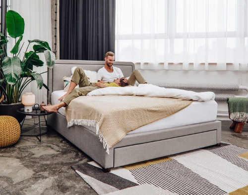 Skandinávská manželská čalouněná postel
