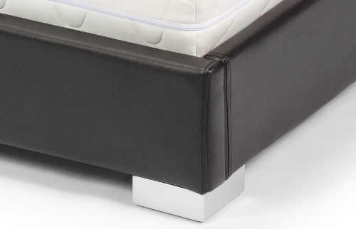 Černá čalouněná postel s chromovými nožkami