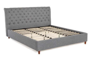 Šedá polstrovaná manželská postel s rustikálním čelem