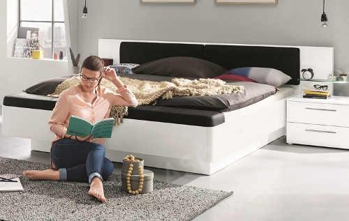 Bílá moderní postel čalouněná černou ekokůží