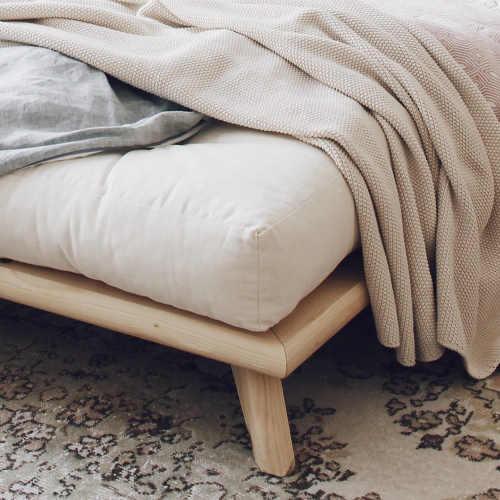 Přízemní dřevěná postel na malých nožičkách