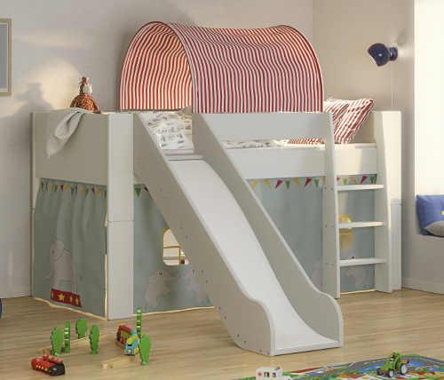 Vyvýšená bílá dětská postel s bezpečnou skluzavkou