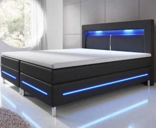 Černá čalouněná dvoulůžková postel s modrým LED osvětlením