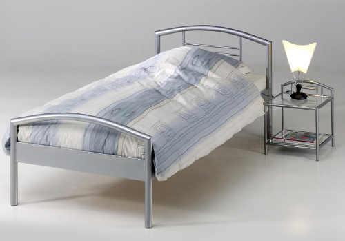 Kovová jednolůžková postel a kovový noční stolek