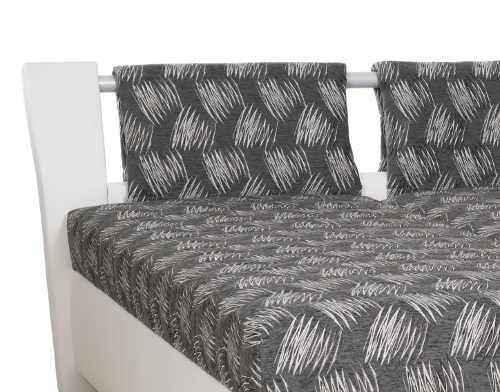 Manželská postel s kovovou tyčí v čele