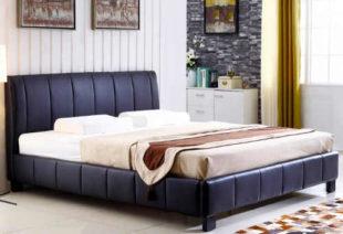 Nízká manželská postel čalouněná tmavě modrou ekokůži