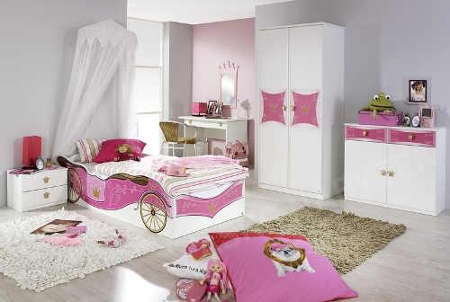 Růžový dětský pokoj s královským kočárem