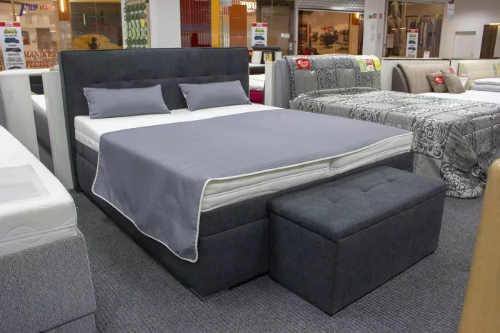 Šedá vyvýšená manželská postel pro starší