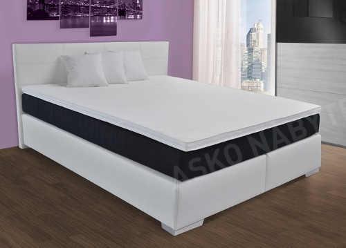 Komfortní kontinentální postel s několika matracemi na sobě