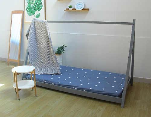 Postel do montessori dětského pokoje