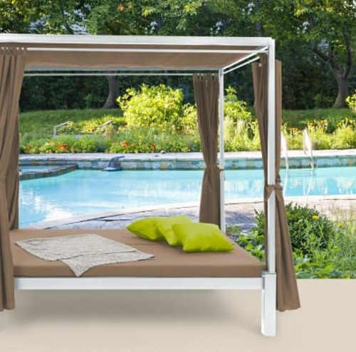 Relaxační altán s postelí k zahradnímu bazénu