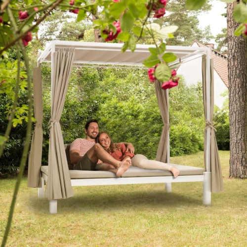 Romantický zahradní altán s postelí