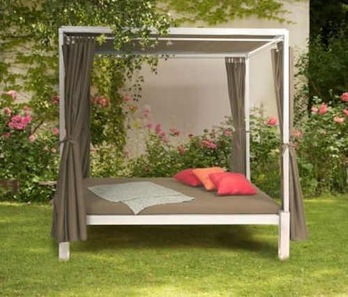 Zatemňovací altán s postelí na zahradu