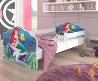 Dětská postel s bezpečnostní zábranou a pohádkovým motivem