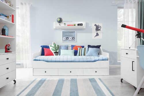 Studentský pokoj s bílým nábytkem