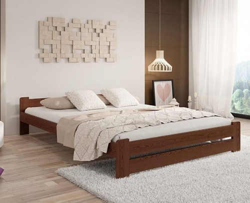 dřevěná postel v různém dekoru