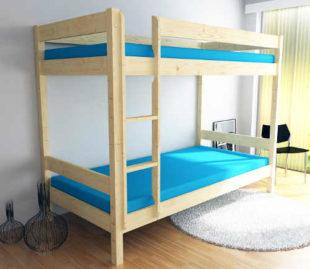 Dřevěná patrová postel ze smrku vhodná i do malého prostoru