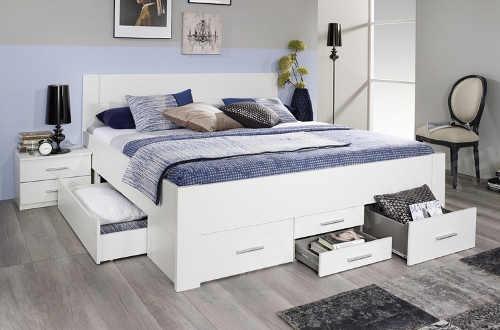 Bílá dvoulůžková postel s množstvím úložných prostor