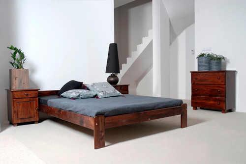 dřevěná prostorná manželská postel