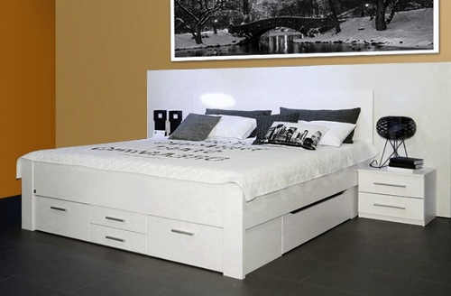 Jednobarevná bílá postel do minimalistických ložnic