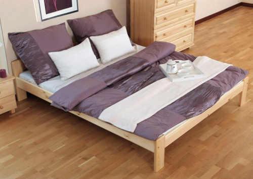 manželská postel z kvalitního borovicového dřeva