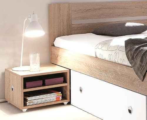 Noční stolky na kolečkách lze zasunout pod postel